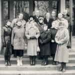Elmininkų bandymų stoties 50-metis. 1991 m. lapkričio 3 d. Kolektyvas ant darbovietės pastato laiptų Naujuosiuose Elmininkuose. Stovi: Zenonas Beniulis (trečioje eilėje 1 iš dešinės), Jonas Mikalajūnas (antroje eilėje 1 iš dešinės), Antanas Puodžiukas (antroje eilėje 2 iš dešinės), Kęstutis Rainys (antroje eilėje 1 iš kairės), Ona Simanavičienė (pirmoje eilėje 1 iš dešinės).