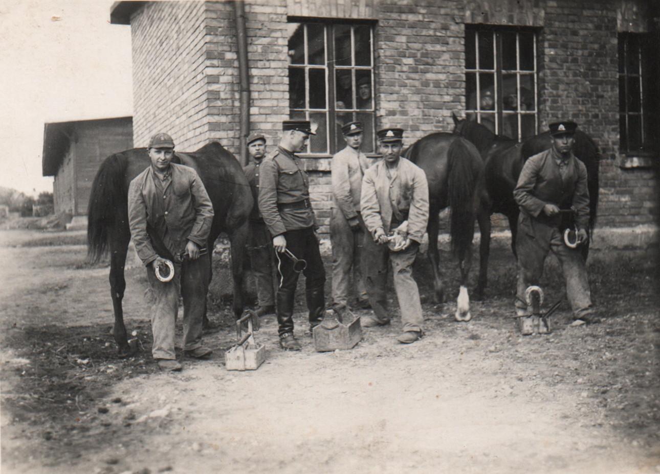 Kareivis Vladas Semėnas kausto žirgą (pirmas iš dešinės). Vidmanto Semėno šeimos rinkinys.