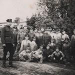 Tarp kareivių antras iš kairės Vladas Semėnas. Vidmanto Semėno šeimos rinkinys.