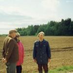 Vosgėlių kaimo lauke 1998 m. Stovi Antanas Puodžiukas (pirmas iš dešinės), Ona Simanavičienė.