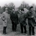 Ant Niūronių kaimo kalvos.  Iš kairės pirmas prof. P. Vasinauskas, zootechnikas A. Kalinauskas, vykdomojo komiteto pirmininko pavaduotojas J. Dailydė, direktorius A. Puodžiukas.