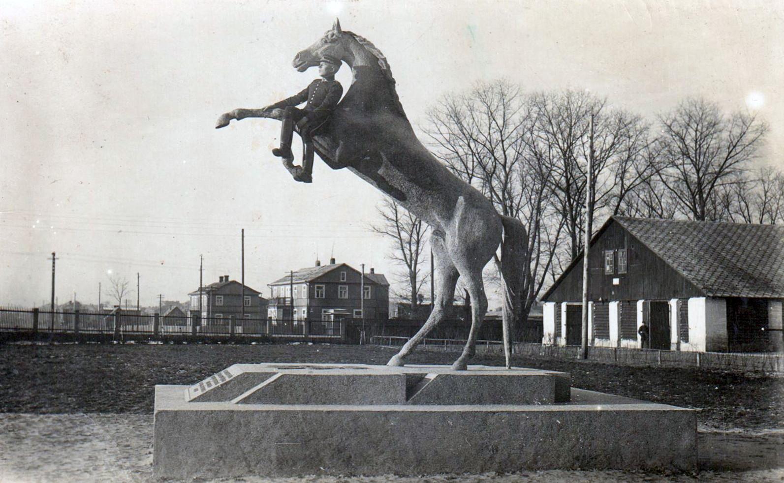 """Skulptūra """"Vyčio žirgas"""" prie husarų pulko kareivinių."""