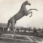 """Skulptoriaus J. Rutkausko skulptūra """"Vyčio žirgas""""."""