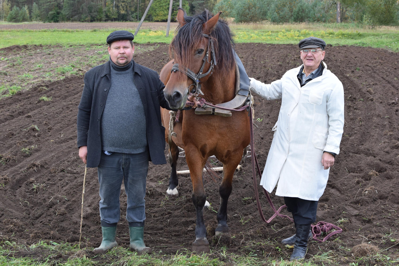 Ūkininkas Vidmantas Banys ir malūnininkas Balys Sedelskis su Dobilu. M. Karčemarsko nuotr.