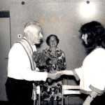 J. Kazlausko jubiliejus (vidury stovi muziejaus direktorė Teresė Mikeliūnaitė).