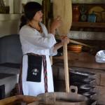 Muziejininkė Nijolė Kačkuvienė pasakoja apie duoną. M. Karčemarsko nuotr.