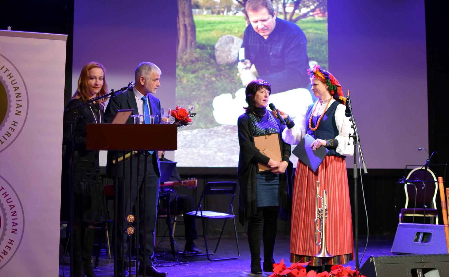 Tradicinių amatų meistrę Ritą Vasiliauskienę sveikina LR Žemės ūkio ministras Bronius Markauskas, Kaimo plėtros departamento direktorė Jurgita Stakėnienė ir renginio vedėja Loreta Mukienė. M. Karčemarsko nuotr.