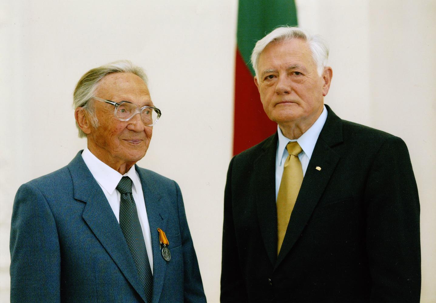 A. Puodžiukas su V. Adamkumi apdovanojimų ceremonijoje Lietuvos prezidentūroje 2005 m.