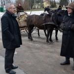 Klausiam kelio pas Beižionių seniūną M. Makūną. M. Karčemarsko nuotr.